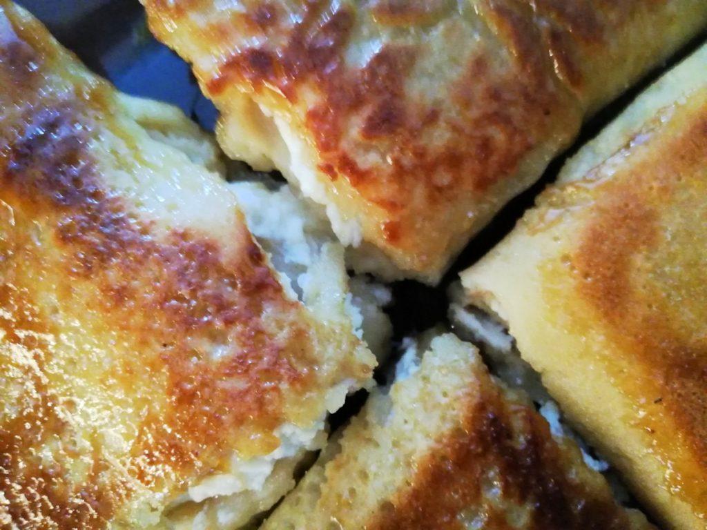 Naleśniki z białym serem na słodko.